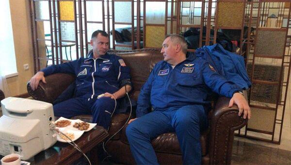 Астронавт Ник Хейг и генеральный директор Роскосмоса Дмитрий Рогозин в Жезказгане. 11 октября 2018