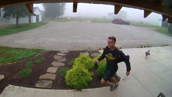 Боаз Марбах убегает от курицы (скриншот записи с камеры видеонаблюдения)