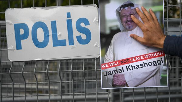 Участник акции протеста с портретом саудовского журналиста Джамаля Хашукджи у здания консульства Саудовской Аравии в Стамбуле, Турция. Архивное фото