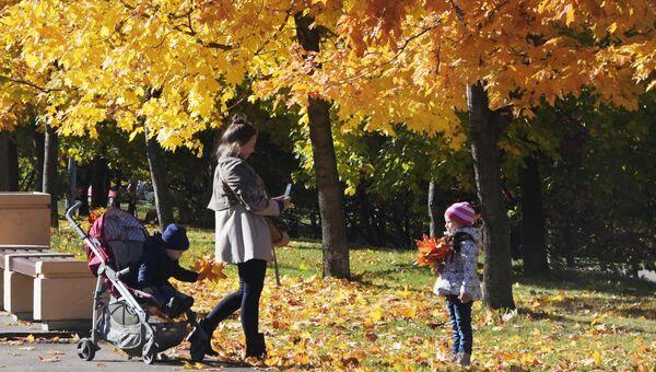 Женщина гуляет с детьми. Архивное фото