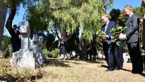 Посол РФ в США Анатолий Антонов возлагает цветы на могилы русских моряков на военном кладбище под Сан-Франциско