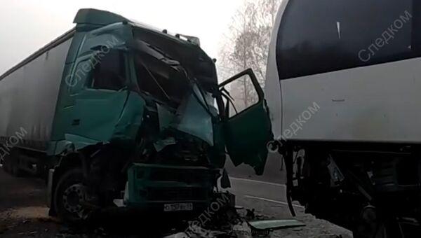 Последствия ДТП с участием автобуса и грузовика под Тверью. Архивное фото