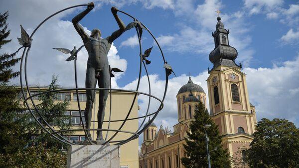 Памятник мультикультурному человеку и собор Рождества Пресвятой Богородицы в городе Сараево