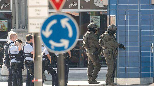 Полицейские у здания центрального вокзала в Кельне