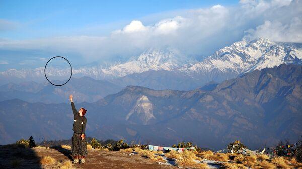 Девушка с хулахупом на смотровой площадке Пунхилл в Непале