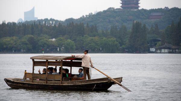 Лодка на озере Сиху в городе Ханчжоу в КНР