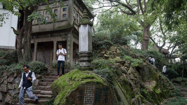 Туристы в музее Печатей в городе Ханчжоу в КНР