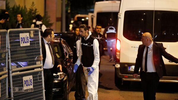 Турецкие полицейские в консульстве Саудовской Аравии в Стамбуле. Архивное фото