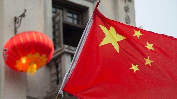 Флаг Китая на пешеходной на улице Хэфан в городе Ханчжоу в КНР