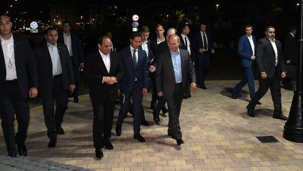 Президент РФ Владимир Путин и президент Арабской Республики Египет Абдель Фаттах ас-Сиси во время прогулки на набережной Олимпийского парка в Сочи. 16 октября 2018