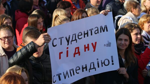 Участники акции протеста профсоюзов в Киеве с требованием повышения минимального размера оплаты труда. 17 октября 2018