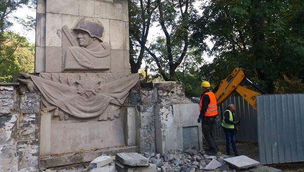 Снос памятника Благодарности солдатам Красной армии, павшим в ходе боевых действий времен Великой Отечественной войны, в Скарышевском парке Варшавы. 17 октября 2018