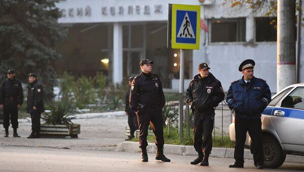 Сотрудники правоохранительных органов у здания Политехнического колледжа в Керчи, в котором произошли взрыв и стрельба.
