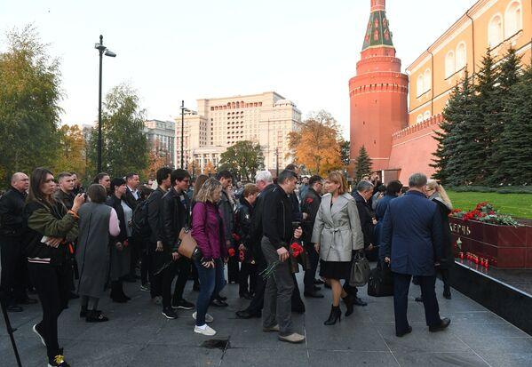 Люди возлагают цветы на памятник городу-герою Керчи в Александровском саду в Москве в знак траура по погибшим при взрыве в колледже в Керчи