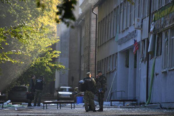 Сотрудники правоохранительных органов у здания Керченского политехнического колледжа, в котором произошли взрыв и стрельба. 18 октября 2018