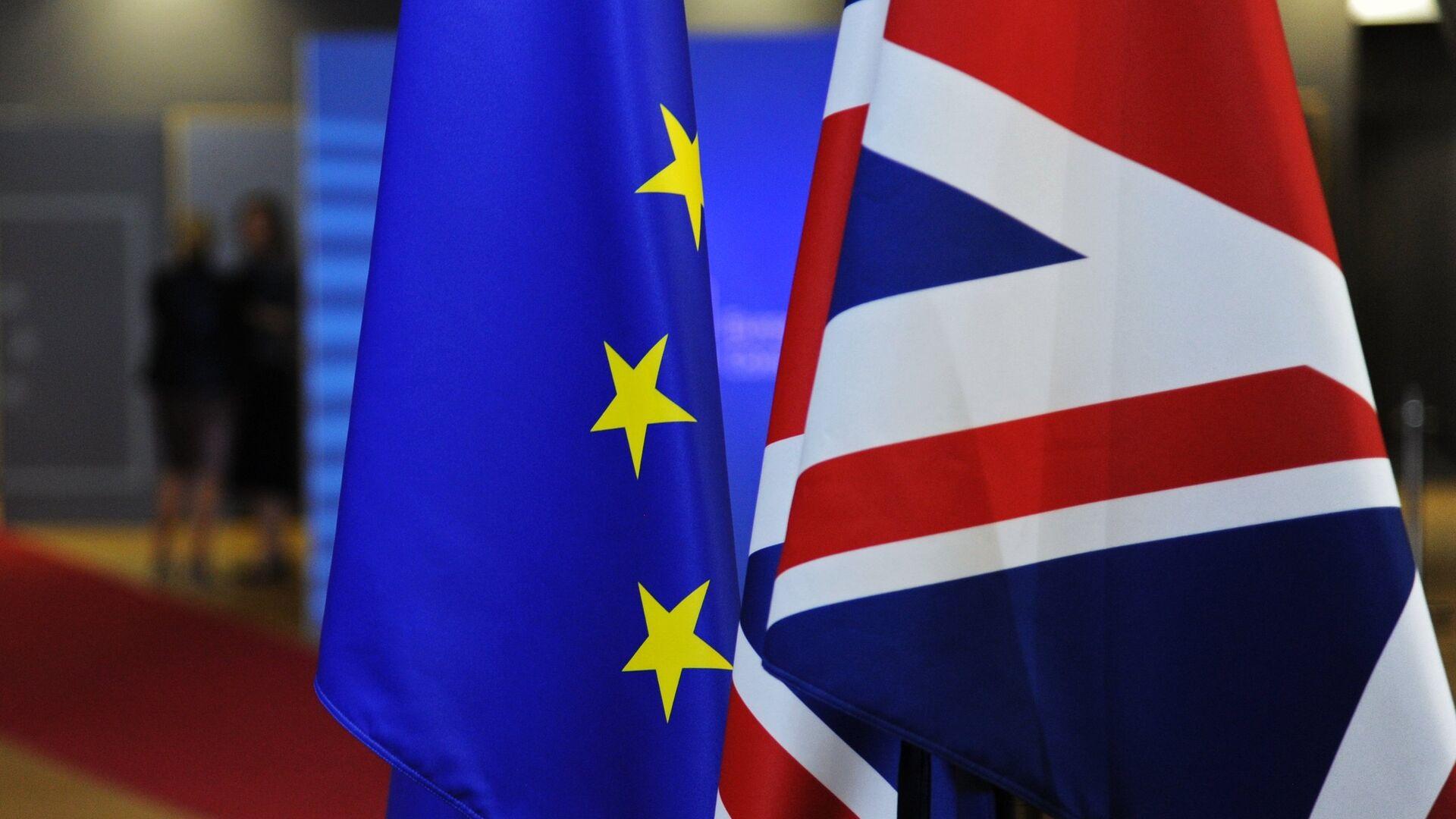 Флаги Европейского союза и Великобритании перед началом саммита ЕС в Брюсселе - РИА Новости, 1920, 14.12.2020