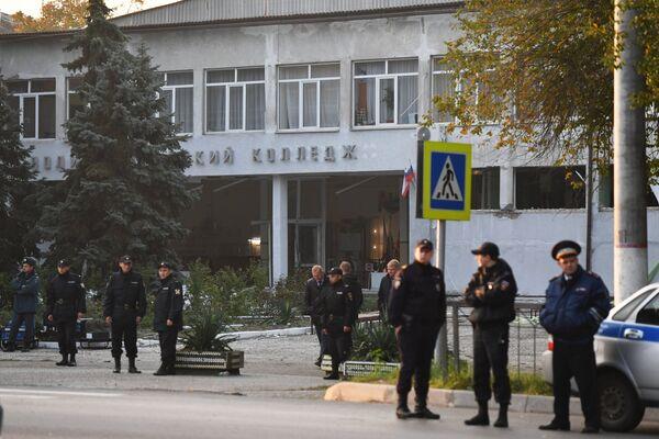 Сотрудники правоохранительных органов у здания политехнического колледжа в Керчи