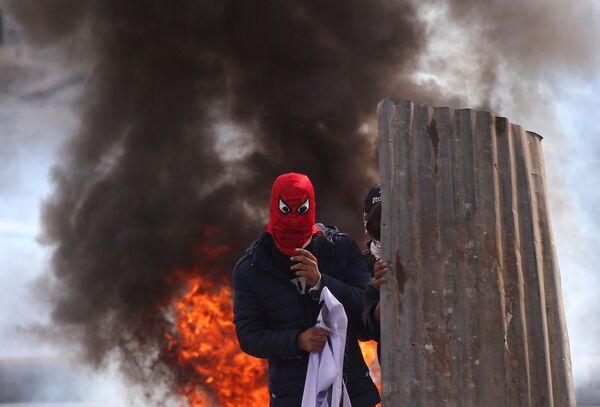 Протестующий в маске в Кашмире, Индия