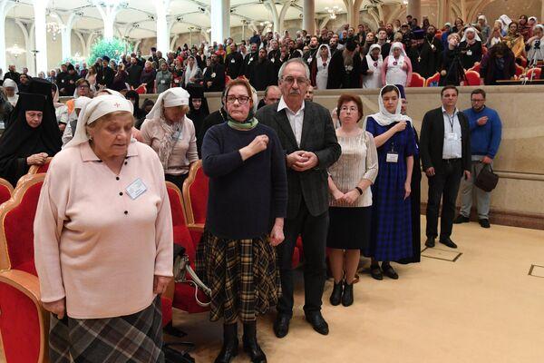 Верующие на VIII Общецерковном съезде по социальному служению во время заупокойной литии по погибшим в Керчи
