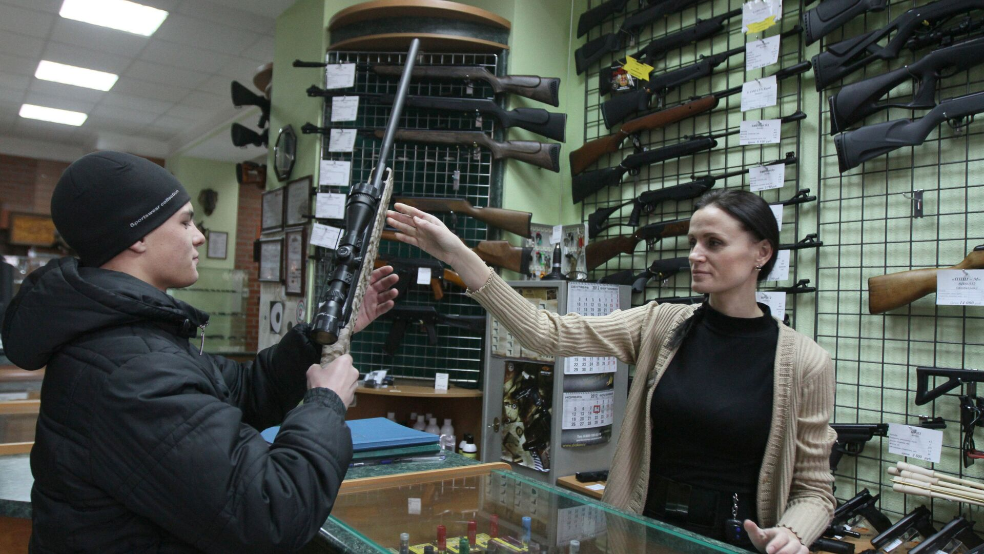 Продавец консультирует покупателя в оружейном магазине - РИА Новости, 1920, 05.11.2020