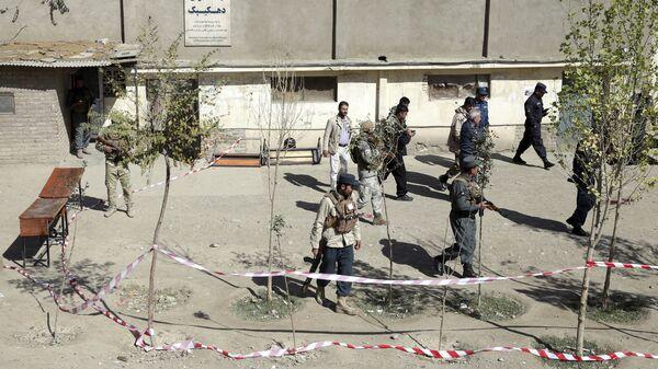Силы безопасности патрулируют улицу после взрыва бомбы возле избирательного участка в Кабуле, Афганистан. 20 октября 2018