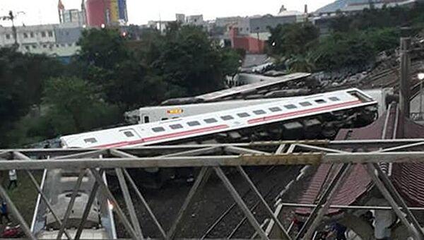 На месте схода с рельсов скоростного поезда Puyuma Express на севере Тайваня. 21 октября 2018