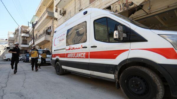 Машина скорой помощи и активисты организации Белые каски в Идлибе, Сирия