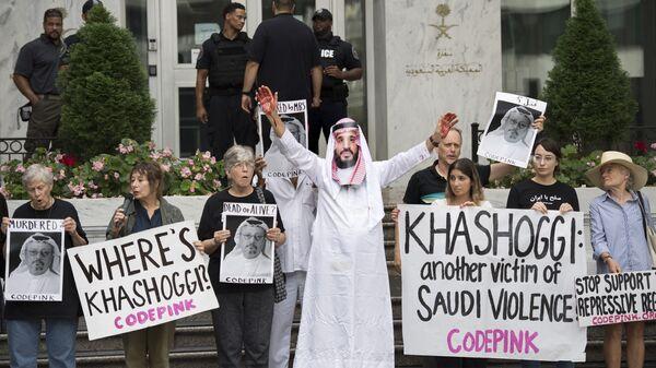 Демонстрант, переодетый наследным принцем Саудовской Аравии с кровью на руках, около посольства Саудовской Аравии в Вашингтоне требует справедливости в отношении пропавшего саудовского журналиста  Джамаля Хашукджи. 10 октября 2018