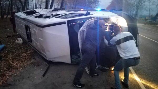 Микроавтобус, пострадавший в результате дорожно транспортного происшествия в Подмосковье. 21 октября 2018