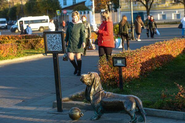 Скульптура Пожарный пес Бобка на Сусанинской площади в Костроме