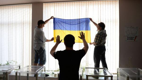 Подготовка избирательного участка к выборам президента Украины. Архивное фото