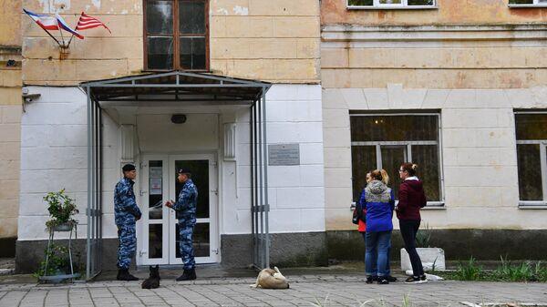 У второго корпуса Керченского политехнического колледжа. 22 октября 2018