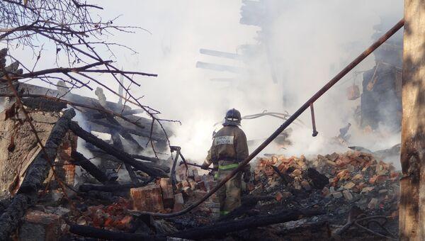 Сотрудник МЧС на месте пожара в 20-квартирном жилом доме в городе Вольске Саратовской области. 22 октября 2018