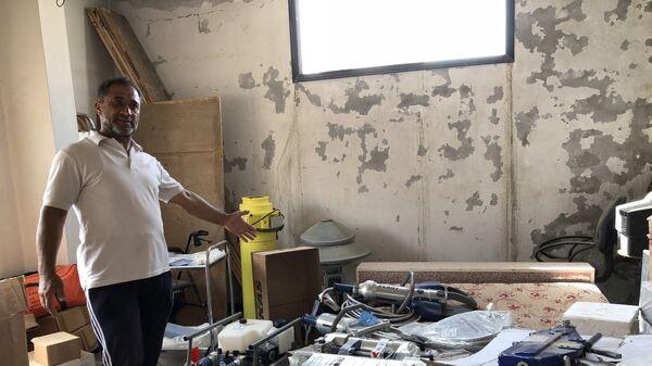 Старший группы бывших Белых касок Хасан Фарук Мохаммад демонстрирует инвентарь, который использовался членами «Белых касок» в старой части города Дераа на юге Сирии
