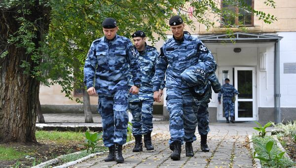 Сотрудники ОМОНа у второго корпуса Керченского политехнического колледжа