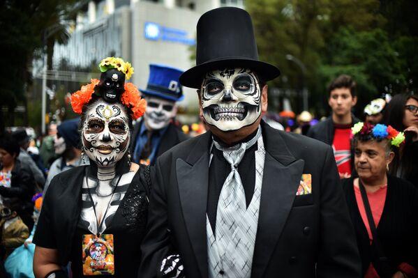 Участники карнавала Катрина в Мехико