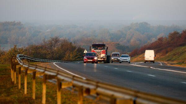 Автомобили на трассе Майкоп-Краснодар в Республике Адыгея