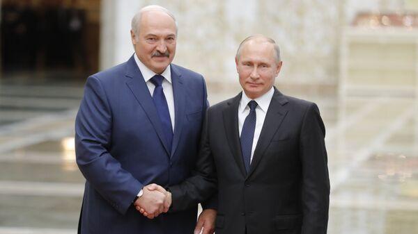 Президент РФ Владимир Путин и президент Белоруссии Александр Лукашенко на церемонии встречи глав делегаций государств-членов ОДКБ в Минске
