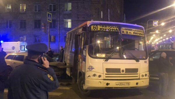 ДТП с участием маршрутного автобуса с двумя легковыми автомобилями в Санкт-Петербурге. 22 октября 2018