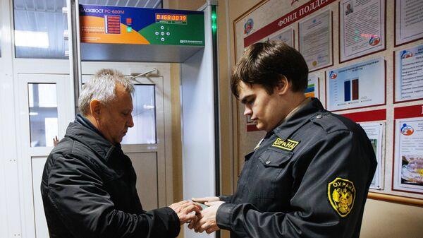 Охранник проверяет документы в Лицее №113 города Новосибирска