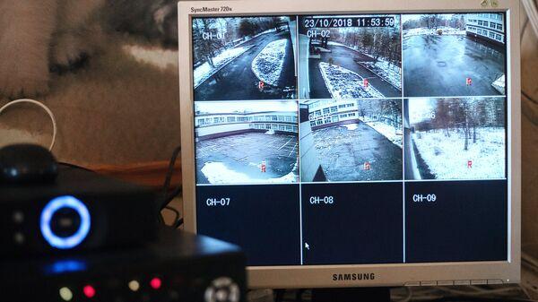 Изображение с камер видеонаблюдения на мониторе в школе