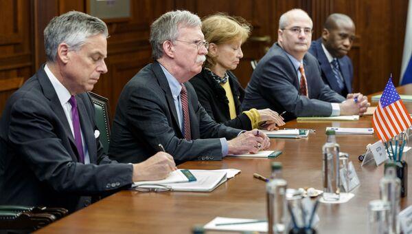 Советник президента США Джон Болтон во время посещения Минобороны РФ