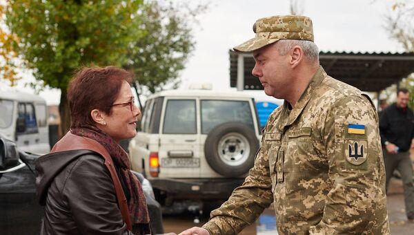 Посол США на Украине Мари Йованович и командующий объединенных сил Украины генерал-лейтенант Сергей Наев во время встречи.  23 октября 2018