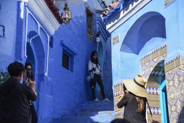 Туристы фотографируются на одной из улиц города Шефшауэн