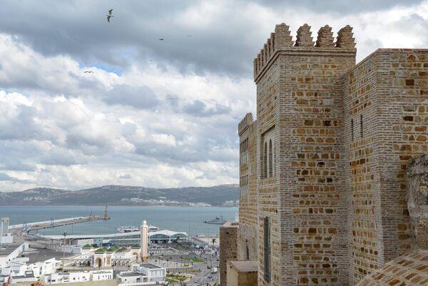 Вид на международный порт и портовую мечеть в Танжере