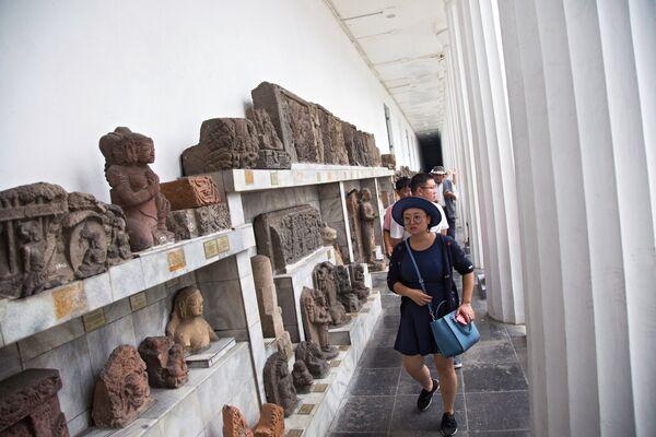 Посетители Национального музея Индонезии
