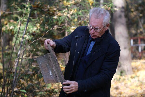 Валентин Волков демонстрирует старый скворечник