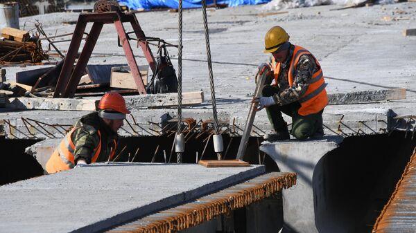 Рабочие на месте строительства моста через реку Литовка на трассе Артем – Находка – порт Восточный компанией Примавтодор