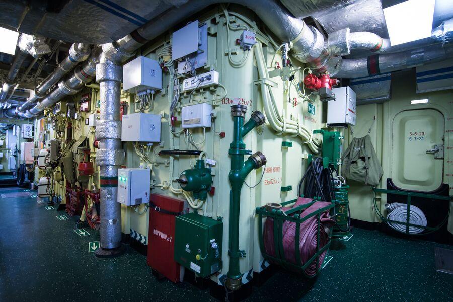 Внутренние переходы и коридоры на фрегате Адмирал Макаров