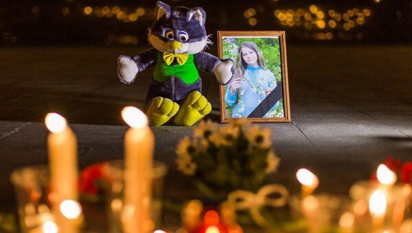 Цветы и свечи в память Даши Карташовой в Чите. Архивное фото